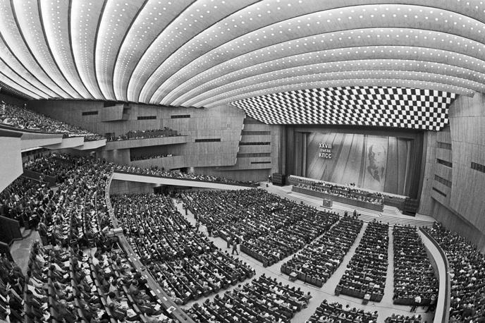 2 июля в Кремлевском дворце съездов открылся XXVIII съезд КПСС