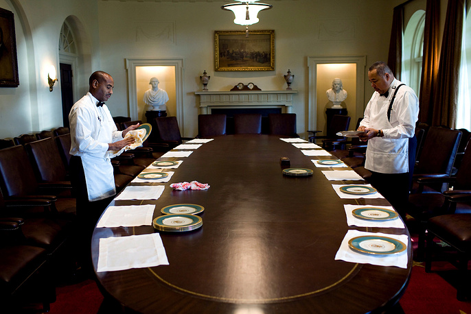 Сотрудники Белого дома накрывают на стол в конференц-зале перед рабочим обедом президента США, 2009 год