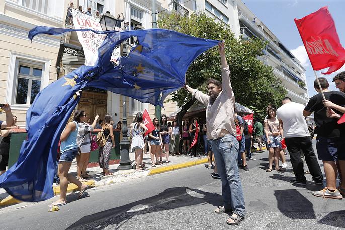 """В свою очередь оппозиционные партии, как и зарубежные лидеры, настаивают, что настоящей дилеммой народного волеизъявления является """"евро"""" (в случае преобладания голосов """"за"""") или """"драхма"""" (если побеждает """"нет""""). На фото: акция протеста в Афинах"""