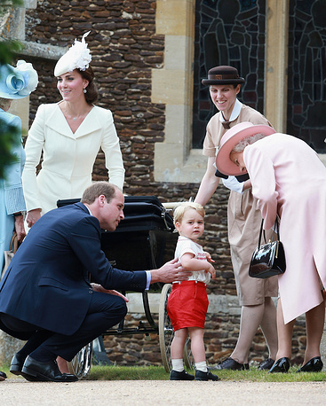 Королева Елизавета II разговаривает с принцем Джорджем