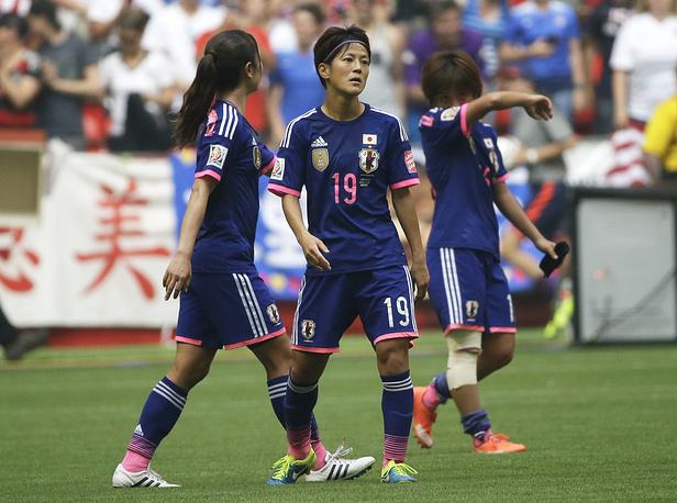 Футболистки японской национальной команды после очередного пропущенного мяча