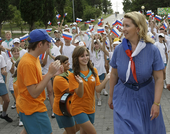 "Супруга президента РФ Светлана Медведева (справа) в лагере ""Орленок"", 2009 год"