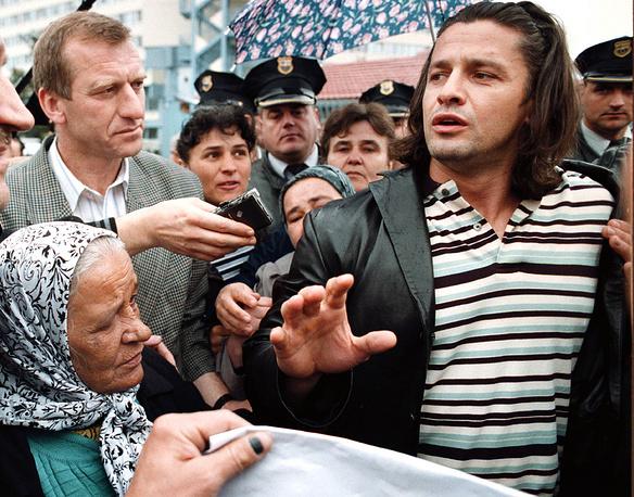 Сербская сторона долгое время оспаривала обвинения в геноциде. В декабре 1995 года временный поверенный в делах Югославии при ООН Владислав Йованович заявил, что убийства были совершены самими мусульманами - таким образом они расправились с теми, кто хотел сложить оружие. Также были представлены данные о том, что солдаты мусульманской дивизии Насера Орича сожгли более 200 сербских сел вблизи города и убили 3870 сербов.  На фото: командир боснийских мусульман Насер Орич во время акции протеста перед зданием ООН в Сараево. 5 апреля 2001 года