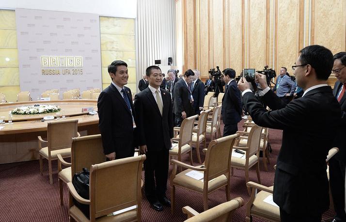 Участники делегаций перед началом встречи в расширенном составе