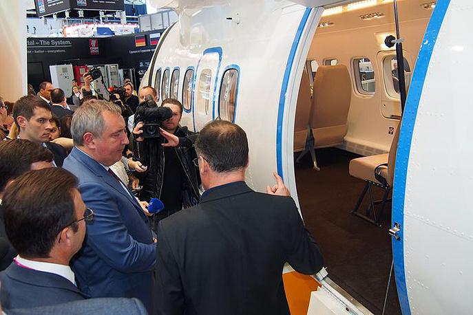Первый заместитель председателя правительства РФ Дмитрий Рогозин во время осмотра полномасштабного макета фюзеляжа самолета L 410 NG