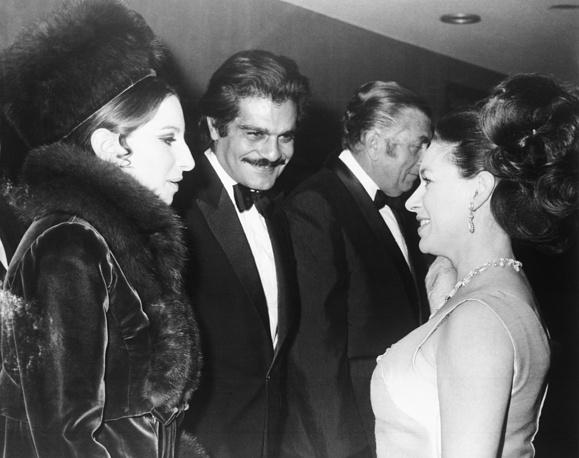 """Исполнители главных ролей в фильме """"Смешная девчонка"""" Барбара Стрейзанд (слева) и Омар Шариф беседуют с принцессой Маргарет (младшей сестрой королевы Елизаветы II) на лондонской премьере фильма, 15 января 1969 года"""