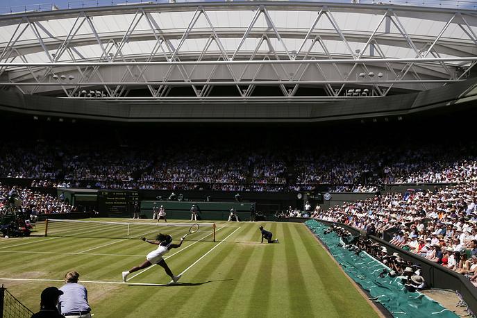 Американка Серена Уильямс во время финала против испанки Гарбин Мугурусы