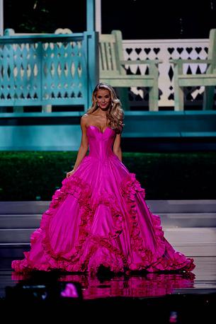 Оливия Джордан на конкурсе вечерних платьев