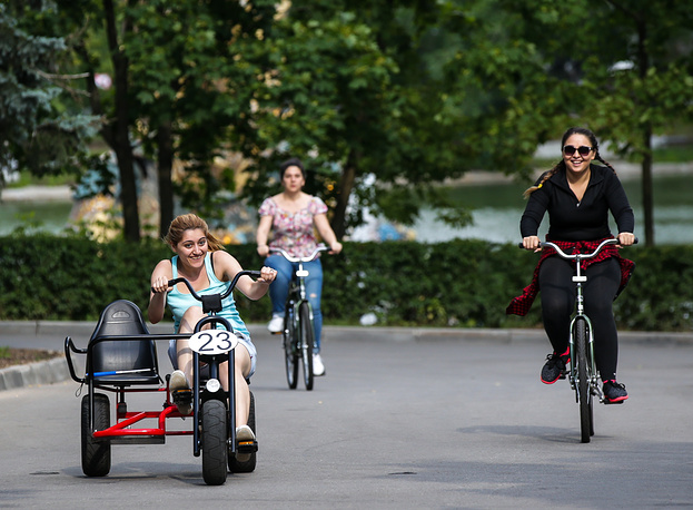 Катание на велосипедах на территории ВДНХ