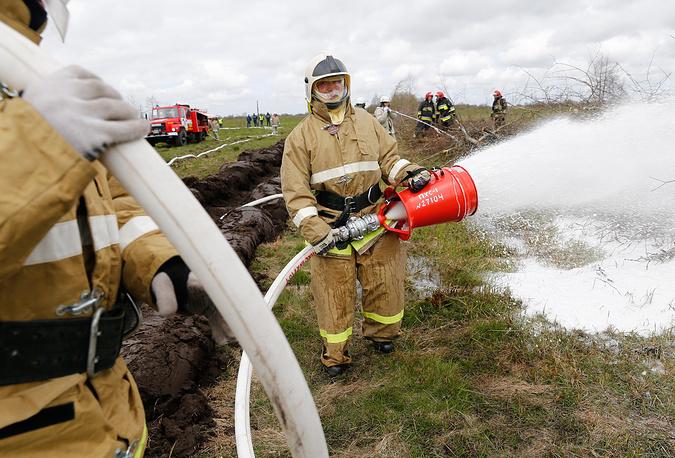 Сотрудники МЧС РФ во время учений по ликвидации лесных пожаров, Калининградская область, 2015 год