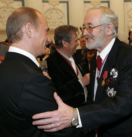 Президент РФ Владимир Путин и актер Василий Ливанов после церемонии вручения государственных наград в Екатерининском зале Кремля, 2005 год
