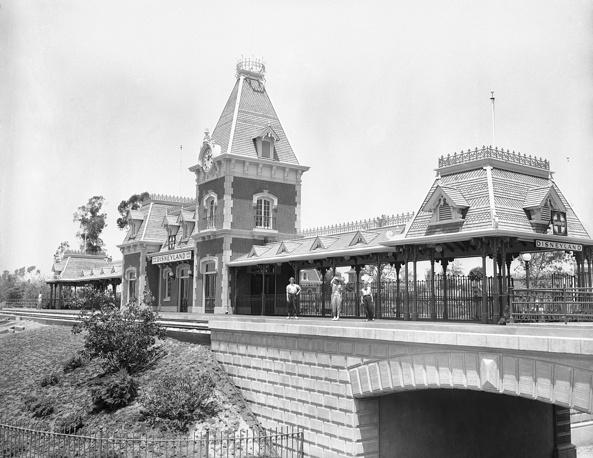 """Железнодорожная станция и колокольня на въезде в """"Диснейленд"""""""