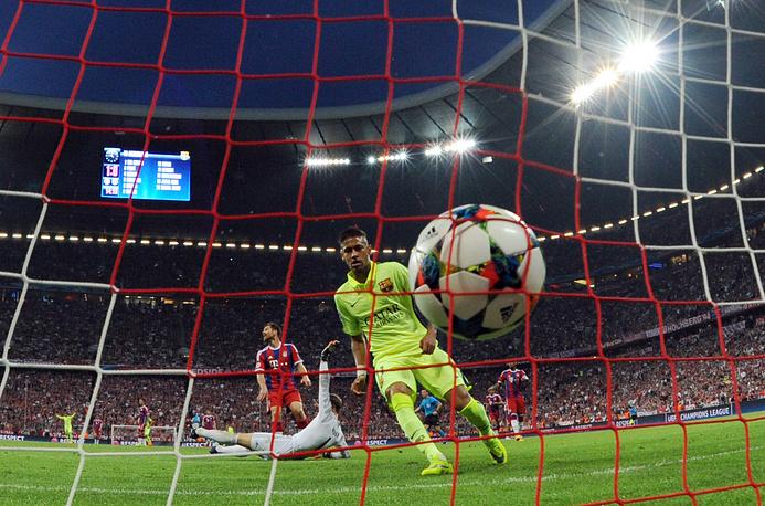 """Нападающий """"Барселоны"""" Неймар забивает первый мяч в ворота """"Баварии"""""""