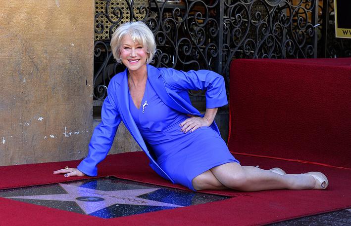 Хелен Миррен около своей звезды на голливудской Аллее славы, 2013 год