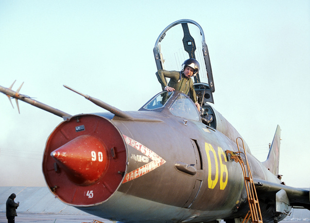 Истребитель-бомбардировщик Су-17 - первый советский самолет с крылом изменяемой геометрии. Три десятилетия состоял на вооружении ВВС СССР и России, широко экспортировался за рубеж, применялся в ряде вооруженных конфликтов