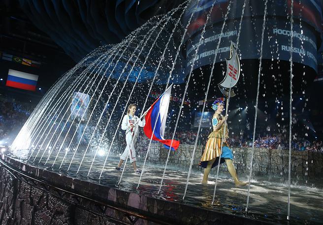 Знаменосец сборной России, олимпийская чемпионка по синхронному плаванию Наталья Ищенко
