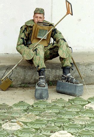 Босния и Герцеговина была одной из самых заминированных стран в мире. В ходе военных конфликтов там было заложено 3 млн мин из 110 млн, установленных на тот момент во всех горячих точках планеты. На фото: российский сапер-десантник, 7 мая 1996 год