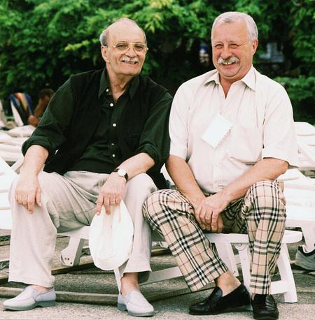 Кинорежиссер Георгий Данелия (слева) и телеведущий Леонид Якубович в Сочи, 2002 год