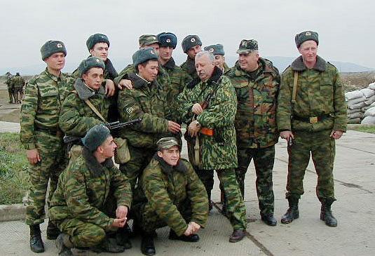 Леонид Якубович во время встречи с частями вооруженных сил РФ в Чечне, 2001 год