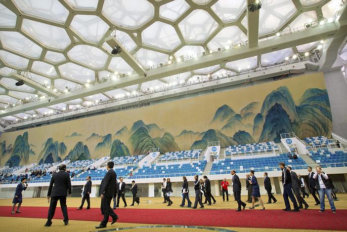 """Члены оценочной комиссии МОК и представители оргкомитета """"Пекин-2022"""" во время визита в Национальный центр водных видов спорта"""