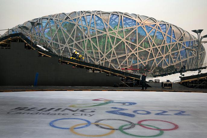 """Логотип кандидата на право принять Олимпийские игры-2022 на катке рядом с Национальным стадионом Пекина, который также известен как """"Птичье гнездо"""""""