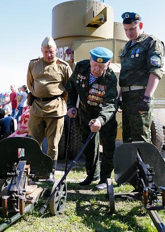 Ветереан во время празднования Дня Воздушно-десантных войск РФ в Калининграде
