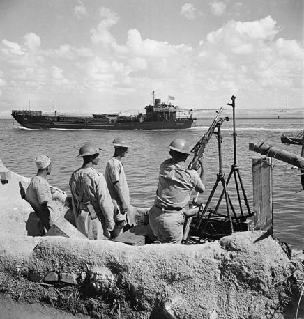В 1854 г. Лессепс получил от правителя Египта Саида-паши концессию на сооружение канала, а в 1858 г. основал и возглавил Всеобщую компанию Суэцкого канала. На фото: Суэцкий канал во время Второй мировой войны, 1942 год