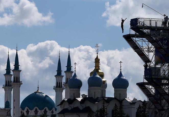 Представитель сборной Франции Сирилл Умеджкан готовится к прыжку