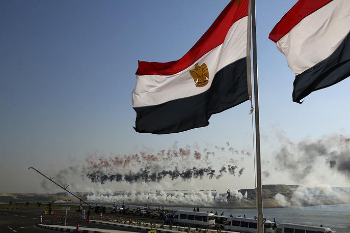 Фейерверк закрывает церемонию открытия нового участка Суэцкого канала в Исмаилии