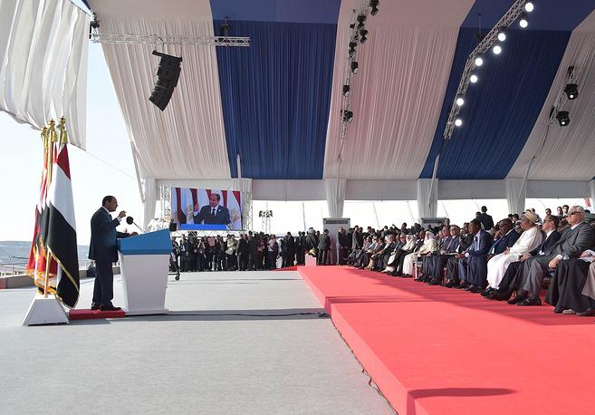 Президент Египта Абдель Фаттах аль-Сиси, слева, выступает во время церемонии открытия нового участка Суэцкого канала в Исмаилии