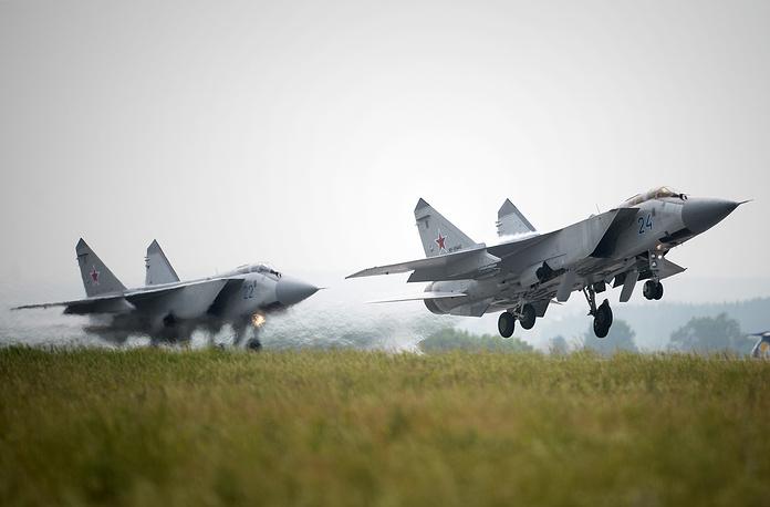 МиГ-31 (по классификации NATO: Foxhound) - двухместный сверхзвуковой всепогодный истребитель-перехватчик дальнего радиуса действия. Первый советский боевой самолет четвертого поколения. Предназначен для перехвата и уничтожения воздушных целей на предельно малых, малых, средних и больших высотах, днем и ночью, в простых и сложных метеоусловиях, при применении противником активных и пассивных радиолокационных помех, а также ложных тепловых целей. Группа из четырех самолетов МиГ-31 способна контролировать воздушное пространство протяженностью по фронту 800 - 900 км