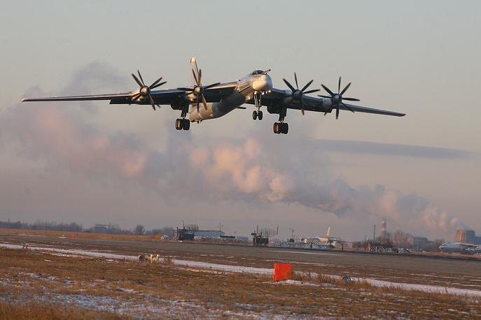 Ту-95МС (по классификации NATO: Bear) - турбовинтовой стратегический бомбардировщик-ракетоносец. Предназначен для поражения  ядерным и обычным оружием важных целей в удаленных военно-географических районах и в глубоком тылу континентальных театров военных действий. Максимальная скорость - 850 км/ч, практическая дальность - до 11 тысяч км, практический потолок - 10,5 тысяч м. Экипаж - 7 человек. Вооружение - крылатые ракеты большой дальности, 2 пушки калибра 23 мм. В настоящее время на вооружении ВВС России состоит порядка 30 единиц. Ведется модернизация до версии Ту-95МСМ, что позволит продлить срок эксплуатации самолетов до 2025 года
