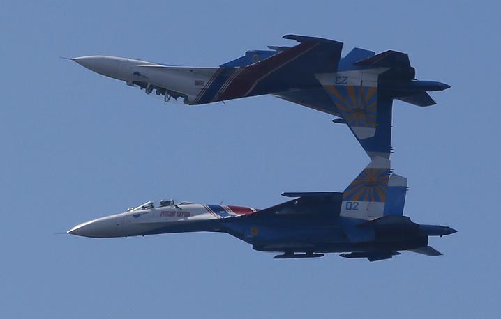 """Су-27 (по классификации NATO: Flanker-B) - многоцелевой всепогодный истребитель четвертого поколения. Предназначен для завоевания превосходства в воздухе.  Один из самых массовых истребителей в Военно-воздушных силах. Именно на Су-27 выступают """"Русские витязи"""" и """"Соколы России"""""""