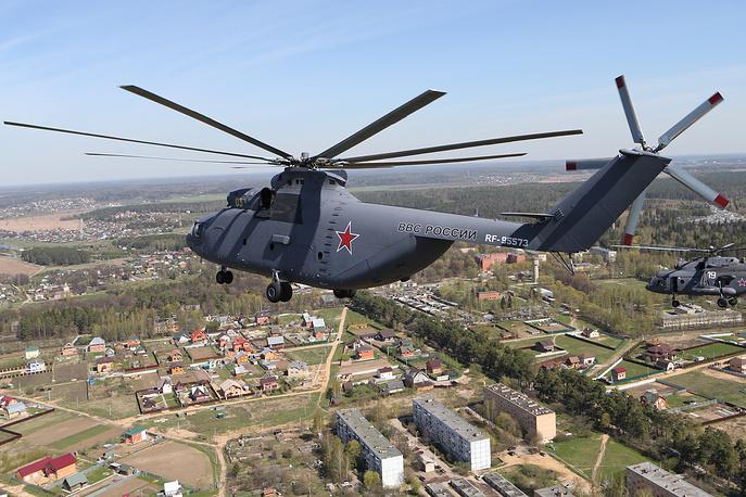 """Ми-26 (по классификации NATO: Halo), получивший прозвище """"Летающая корова"""", является крупнейшим в мире серийно выпускавшимся тяжелым многоцелевым транспортным вертолетом. Серийно производится с 1980 года по настоящее время. Выпущено более 300 экземпляров. Способен нести на борту до 85 десантников или 60 раненых на носилках, либо до 20 тонн груза внутри фюзеляжа или на внешней подвеске. Разработано порядка 15 модификаций. Предназначен для выполнения транспортных, эвакуационных, противопожарных и других задач. Ми-26 эксплуатируются по меньшей мере 10 странами мира"""