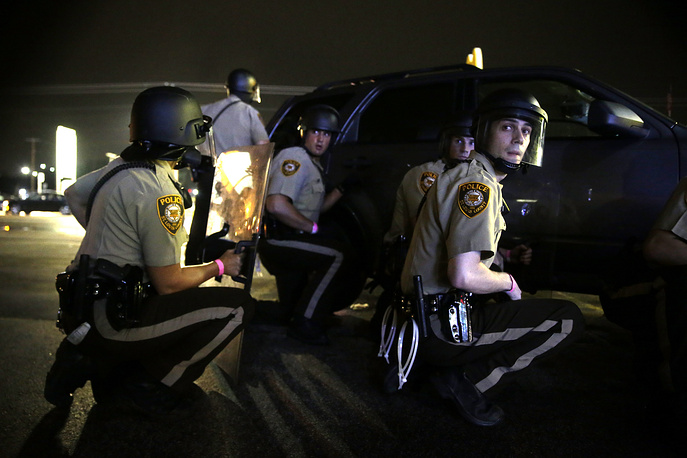Однако демонстранты все же перекрыли центр Фергюсона. Стражи порядка, облаченные в бронежилеты и защитную экипировку, призывали демонстрантов разойтись, грозя арестами в случае неповиновения