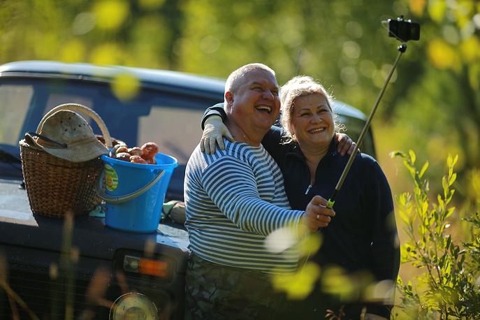 Костромская область. Местные жители делают сэлфи на фоне собранных грибов в Солигаличском районе