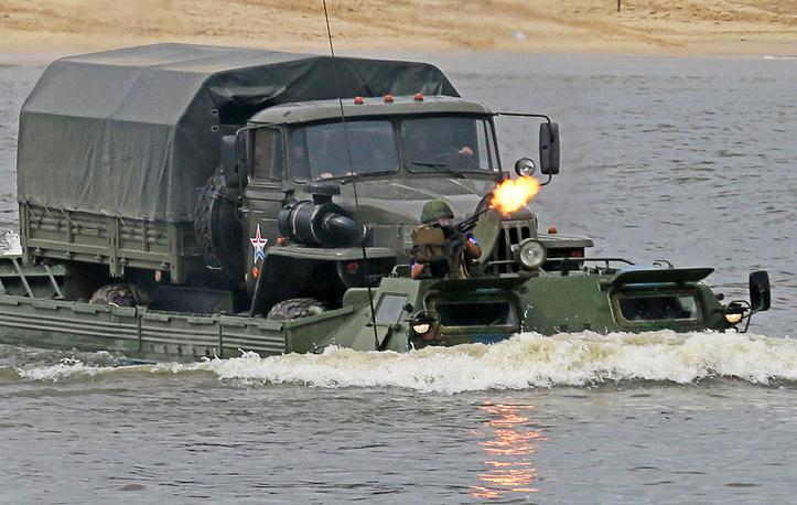"""Автомобиль """"Урал"""" переправляют через реку Оку"""
