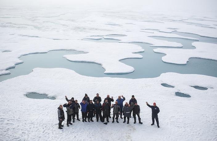 Сотрудники российской станции перед досрочной эвакуацией