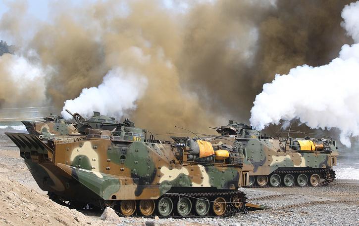 8 августа президент Республики Корея Пак Кын Хе предупредила о неизбежности усиления санкций против КНДР, если программа создания ядерного оружия в стране будет продолжена. На фото: совместные учения Республики Кореи и США Foal Eagle, 2014 год