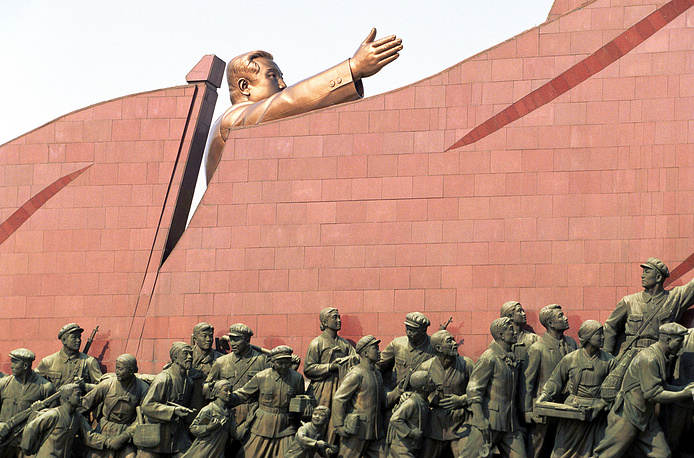 По мнению историков, Пхеньян считается самым древним городом Кореи. Дата его основания - примерно 1122 год до н. э.  На фото: памятник основателю северокорейского государства Ким Ир Сену на холме Мансу
