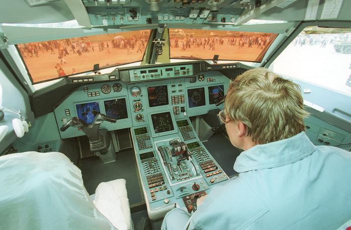 МАКС-2001: кабина пассажирского самолета Ту-204-100, который спроектирован в ОКБ Туполева для замены самолета Ту-154