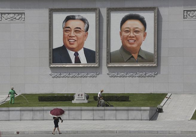 Туристам запрещено снимать военные объекты, а также посещать многие достопримечательности в неформальной одежде.  На фото: портреты северокорейских лидеров Ким Ир Сена и Ким Чен Ира на площади Ким Ир Сена в Пхеньяне