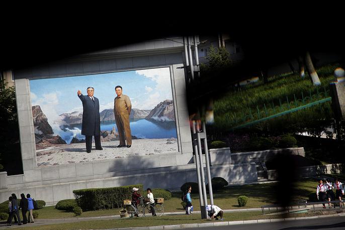 Сегодня Пхеньян - это главный торговый, промышленный, культурный и административный центр КНДР. На фото: портреты Ким Ир Сена и Ким Чен Ира