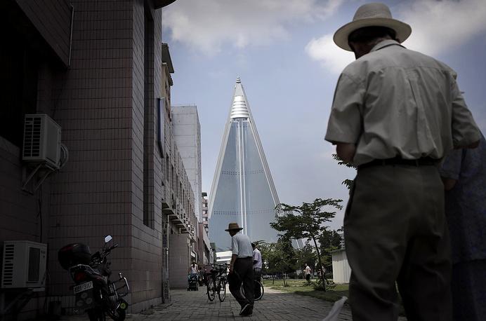 """Гостиница """"Рюгён"""" (на фото), больше напоминающая космический корабль, видна из любой точки города. Это самое высокое здание в Пхеньяне. Строительство было завершено в 2013 году"""
