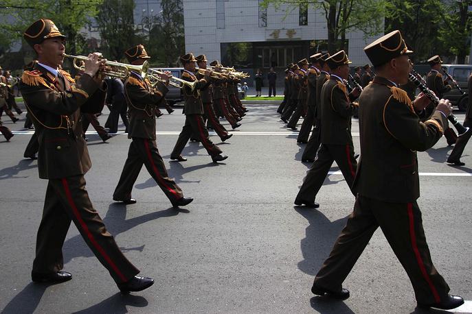 На площади проводятся парады Корейской народной армии, демонстрации, массовые представления. На фото: северокорейский военный оркестр марширует к площади Ким Ир Сена