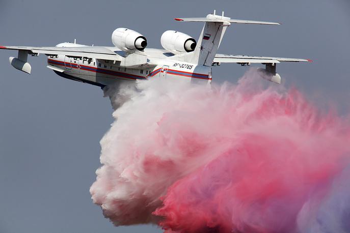 МАКС-2011: российский самолет-амфибия Бе-200 во время тренировочного полета на аэродроме Раменское