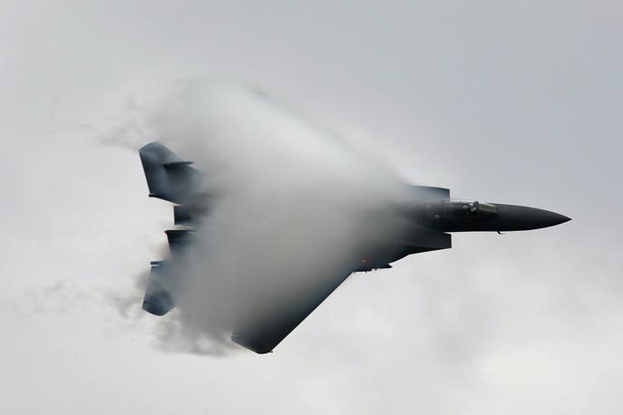 МАКС-2011: показательный полет истребителя ВВС США F-15