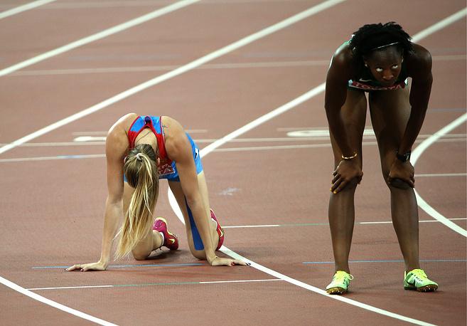 Российская спортсменка Любовь Ткач и нигерийская спортсменка Ухунома Осазува после финиша в забеге на 800 метров среди женщин на чемпионате мира по легкой атлетике - 2015, 23 августа