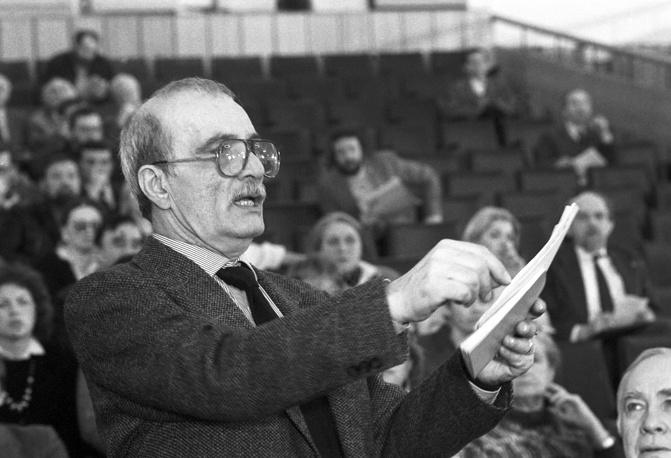 Данелия во время выступления на пленуме Союза кинематографистов в Москве, 1989 год