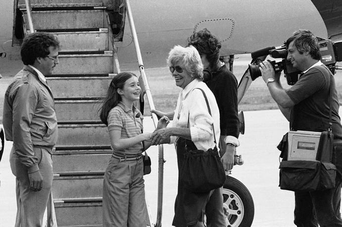 Тереза Смит, бабушка Саманты, встречает ее в аэропорту Огаста, штат Мэн, 23 июля 1983 года